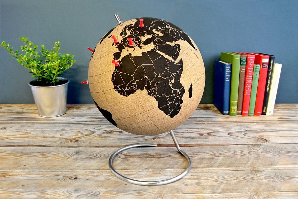 Cork globe pins down your globetrotting adventures - Globos terraqueos barcelona ...