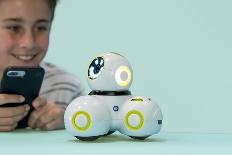 wonder-workshop-cue-programmable-robot-3